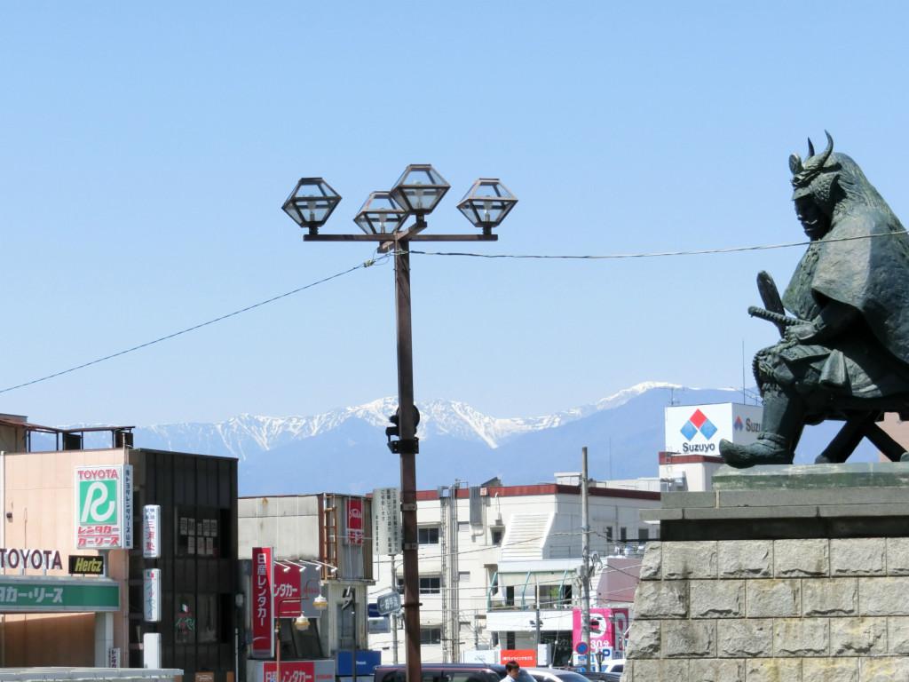 甲府駅から臨む山々